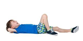 Mała roześmiana chłopiec na podłoga Fotografia Stock