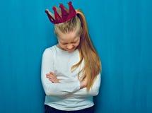 Mała roześmiana dziewczyna jest ubranym menchii koronę fotografia royalty free