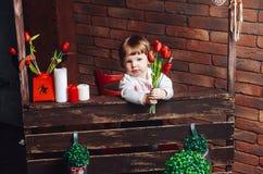 Mała słodka dziewczyna chce dawać kwiaty mama Zdjęcia Royalty Free