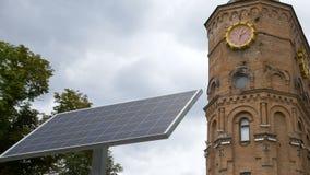 Mała słoneczna bateria instalująca w parku blisko zegarowy wierza Analogowe technologie i nanotechnologiowie w codziennym zdjęcie wideo