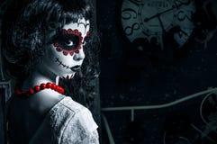 Mała Santa muerte dziewczyna z czarnym kędzierzawym włosy Fotografia Royalty Free