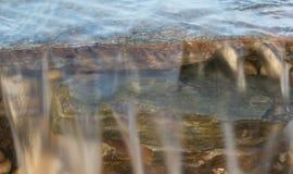 Mała siklawa biega nad skałami Fotografia Stock
