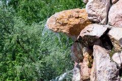 Mała siklawa kropi krople woda - puszek zdjęcie royalty free