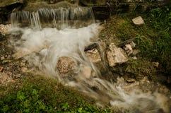 Mała siklawa z wodą bieżącą, jedwabniczy skutek, naturalny siklawa krajobraz zdjęcia stock