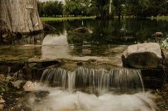 Mała siklawa z wodą bieżącą, jedwabniczy skutek, naturalny siklawa krajobraz zdjęcia royalty free