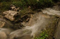 Mała siklawa z wodą bieżącą, jedwabniczy skutek, naturalny siklawa krajobraz fotografia royalty free
