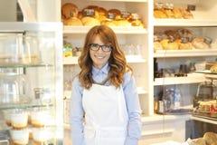 Mała sklep z kawą właściciela pozycja w sklepie. Obraz Royalty Free