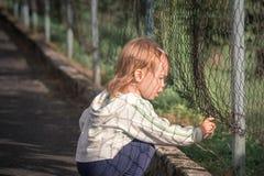 Mała smutna dziewczyna w biednym mieście Obraz Royalty Free