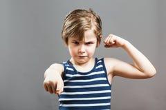 Mała Sportive Twarda chłopiec - Podnosić walkę Zdjęcia Stock
