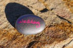 Mała srebro skała z menchiami malował słowo & x22; Wedding& x22; Zdjęcie Stock