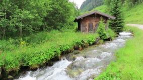 Mała stajnia w Schwarzachtal dolinie w Tirol Austria Strumienia spływanie obok zbiory wideo
