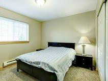 Mała sypialnia z czarnym meble Obraz Royalty Free
