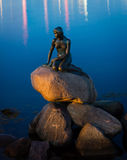 Mała syrenka w Kopenhaga, błękitne wody Zdjęcie Stock