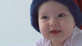 mała szczęśliwa Dziecko kłaść na śmiechach i łóżku w kapeluszu Biały tło zdjęcie wideo