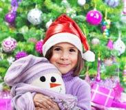 Mała szczęśliwa dziewczyna na przyjęciu gwiazdkowym Zdjęcia Royalty Free