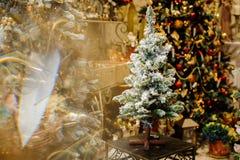 Mała sztuczna choinka dekorująca z sztucznym śniegiem Zdjęcia Royalty Free