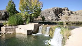 Mała tama w Ucero rzece, El Burgo de Osma, Hiszpania zbiory wideo