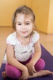 Mała uśmiechnięta dziewczyna iść wewnątrz dla sportów w gym Zdjęcie Stock
