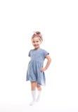 Mała uśmiechnięta dziewczyna pozuje na bielu Zdjęcia Royalty Free