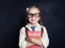 Mała uśmiechnięta dziewczyna z niemiec książką fotografia stock