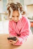 Mała uśmiechnięta dziewczyna z włosianymi curlers na ona kierownicza Fotografia Stock