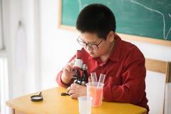 Mała uczeń nauki nauka w sala lekcyjnej Zdjęcia Stock