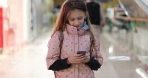 Mała uczennica pisze wiadomości gawędzeniu w ogólnospołecznym medialnym gonu zbiory