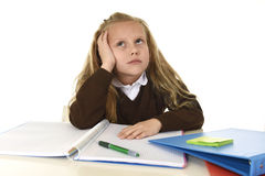 Mała uczennica smutna i zmęczony patrzeje przygnębiony cierpienie stres przytłaczający ładunkiem praca domowa Fotografia Royalty Free
