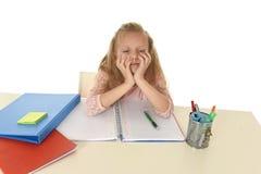 Mała uczennica smutna i zmęczony patrzeje przygnębiony cierpienie stres przytłaczający ładunkiem praca domowa Zdjęcie Stock