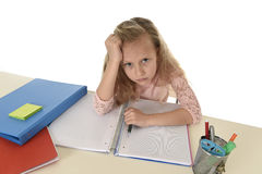 Mała uczennica smutna i zmęczony patrzeje przygnębiony cierpienie stres przytłaczający ładunkiem praca domowa Zdjęcia Stock