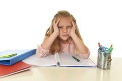 Mała uczennica smutna i zmęczony patrzeje przygnębiony cierpienie stres przytłaczający ładunkiem praca domowa Obrazy Stock