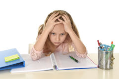 Mała uczennica smutna i zmęczony patrzeje przygnębiony cierpienie stres przytłaczający ładunkiem praca domowa Obraz Stock