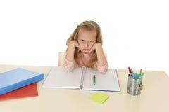 Mała uczennica smutna i zmęczony patrzeje przygnębiony cierpienie stres przytłaczający ładunkiem praca domowa Obraz Royalty Free