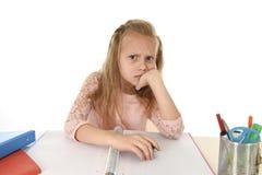 Mała uczennica smutna i zmęczony patrzeje przygnębiony cierpienie stres przytłaczający ładunkiem praca domowa Fotografia Stock