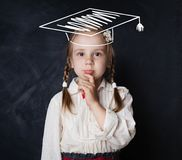 Mała uczennica w skalowanie kapeluszu główkowaniu obrazy stock