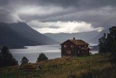 Mała ugoda nad Gjevilvatnet jezioro w Trollheimen górze zdjęcia royalty free