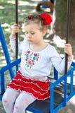 Mała ukraińska dziecko dziewczyna ma zabawę na huśtawce Fotografia Stock