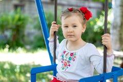 Mała ukraińska dziecko dziewczyna ma zabawę na huśtawce Obraz Royalty Free