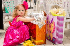 Mała urocza dziewczyna świętuje 3 roku urodzinowego Żartuje być ubranym kwiatu hairband na przyjęciu outdoors na letnim dniu Obraz Royalty Free