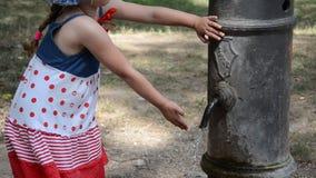 Mała urocza dziewczynka napojów woda od pije fontanny rzymski nos na ulicach Rzym zbiory wideo