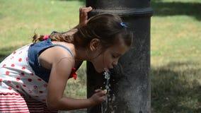 Mała urocza dziewczynka napojów woda od pije fontanny rzymski nos na ulicach Rzym zdjęcie wideo