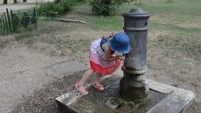 Mała urocza dziewczynka napojów woda od pije fontanny rzymski nos na ulicach Rzym zbiory