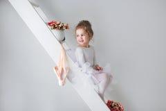 Mała urocza młoda balerina w figlarnie nastroju zdjęcia stock