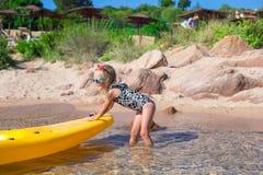 Mała urocza szczęśliwa dziewczyna kayaking w błękitnym morzu Zdjęcia Stock