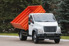 Mała usyp ciężarówka z czerwonym ciałem zdjęcia royalty free