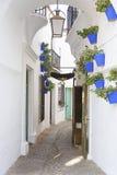 Mała wąska ulica w Hiszpańskiej wiosce Obraz Stock