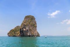 Mała wapień wyspa w andaman morzu przy Railay plaży krabi Tajlandia Zdjęcia Stock