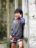 MAŁA WIETNAMSKA chłopiec BAWIĆ SIĘ W ulicach Obraz Royalty Free