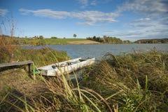 Mała wioślarska łódź przy molem w jeziorze obraz stock
