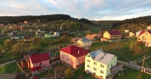 Mała wioska blisko lasowego widok z lotu ptaka zbiory wideo
